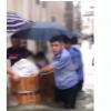 高考生坐澡盆被民警护送进考场