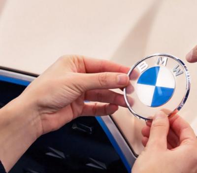 宝马高管表示这家德国公司期望其刷新徽标产生强烈反响